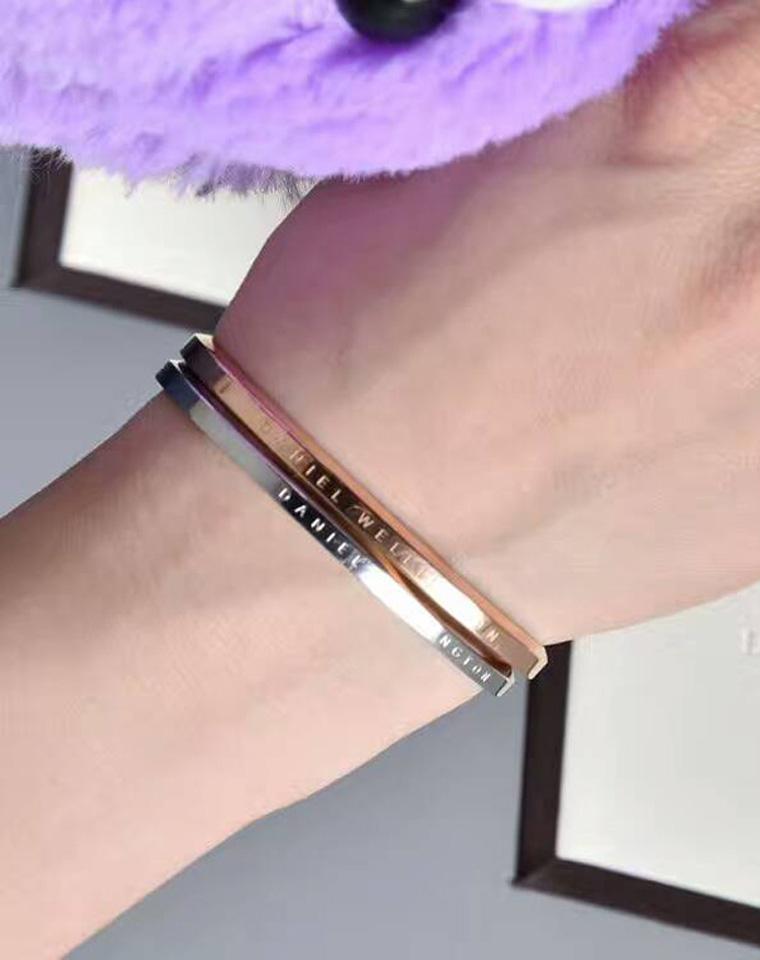 在一起  仅79元  DanielWellington最新 手表配饰 简约经典品牌字母镌刻  男女款 手镯  开口大小可调节