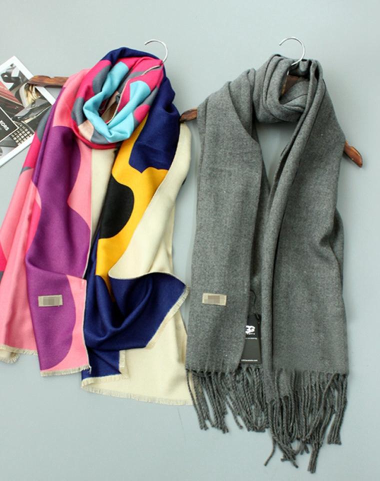 无需代购  仅135元  澳大利亚UGG 2106秋冬最新  超舒适羊绒质感 涂鸦花色 流苏大围巾披肩