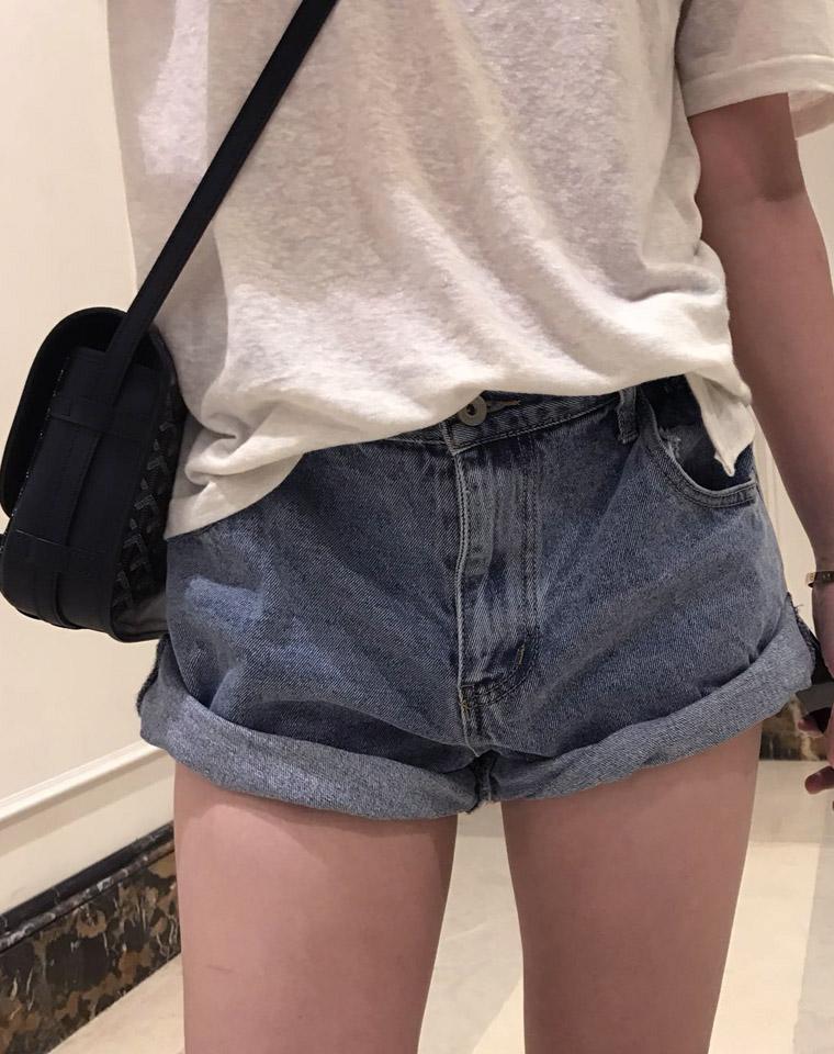 今夏最燃  超显腿长  显瘦 仅85元  好版型斜边裤脚 两次卷边 巨显大长腿侧腰小松紧设计 牛仔短裤