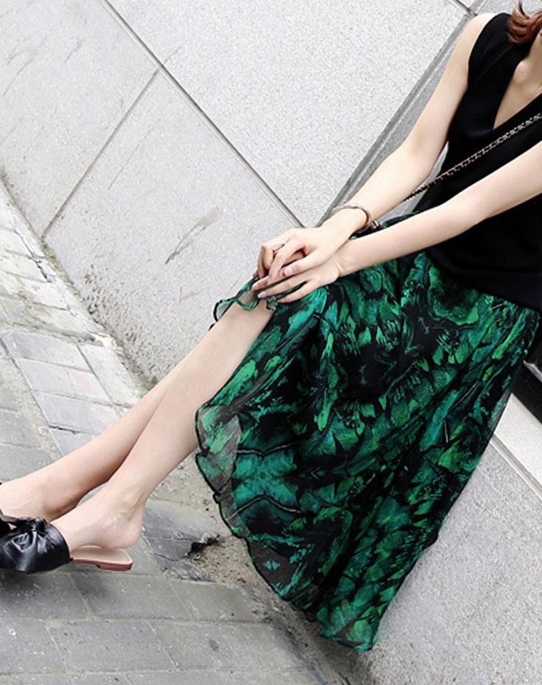 极美  有品调~ 仅228元  100%桑蚕丝  上身穿美又显白 绿色印花松紧腰桑蚕丝过膝半身裙
