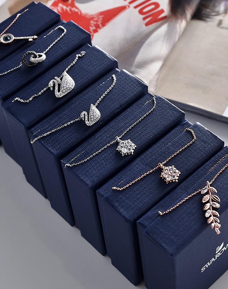 女王必备  仅199元    气质礼盒装,多款式简约吊坠项链 锁骨链