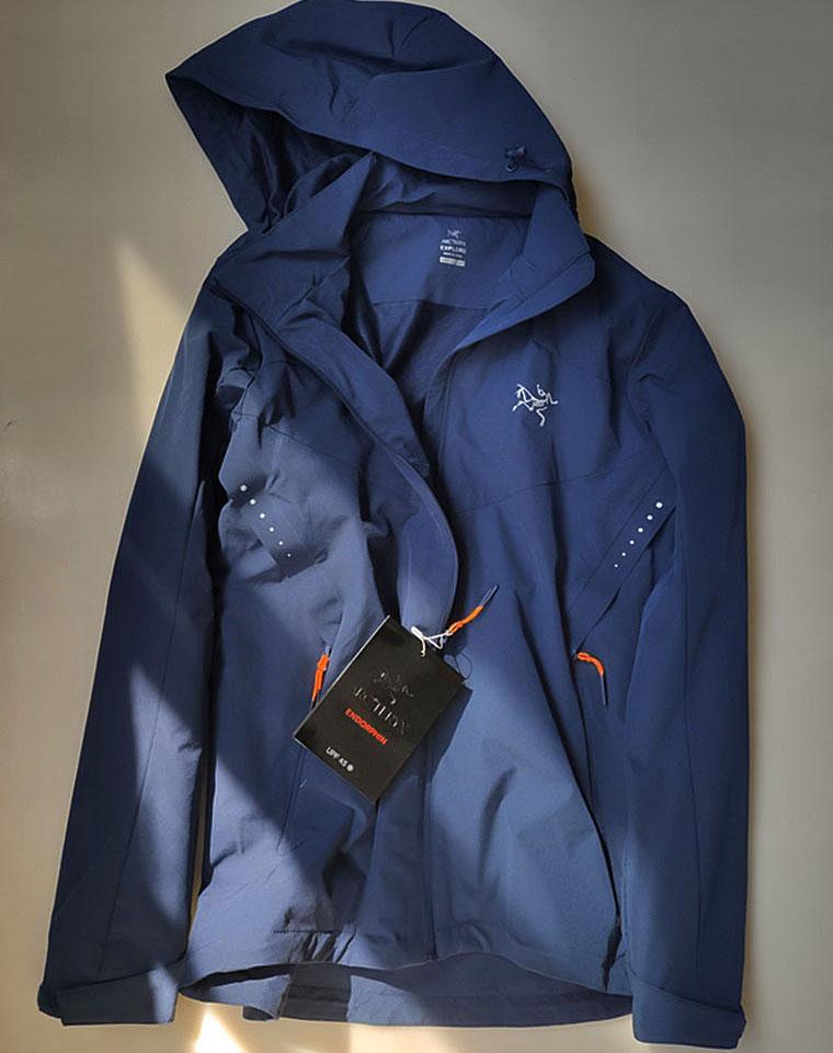 给纯爷们の硬货 仅225元  加拿大Arcteryx  始祖鸟轻量软壳外套  帽可脱卸 夹层外套