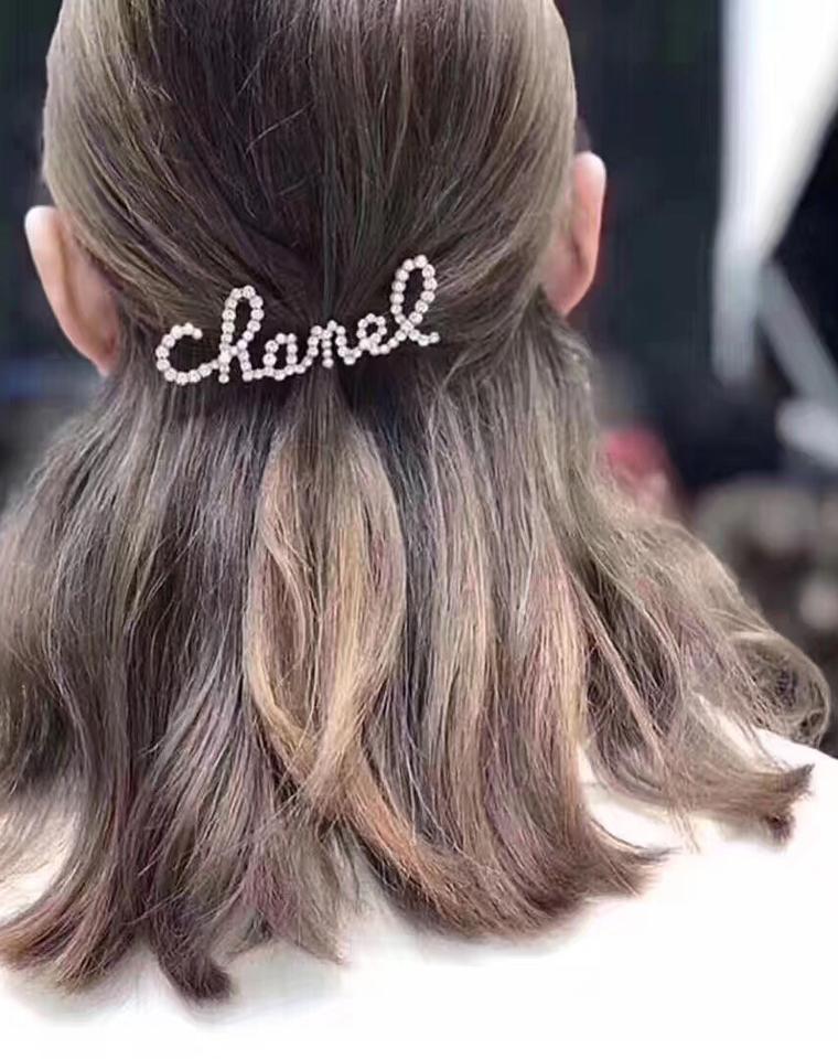 超气质的小物  美丽发夹胸针 仅168元  银色水钻珍珠CC  字母logo饰品