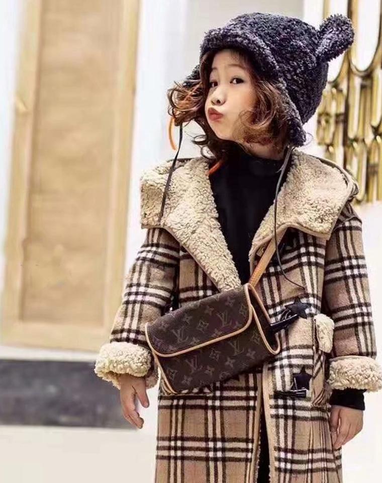 经典的魅力!美哭了!男女童款  仅148元 加厚羊羔绒  牛角扣连帽大衣