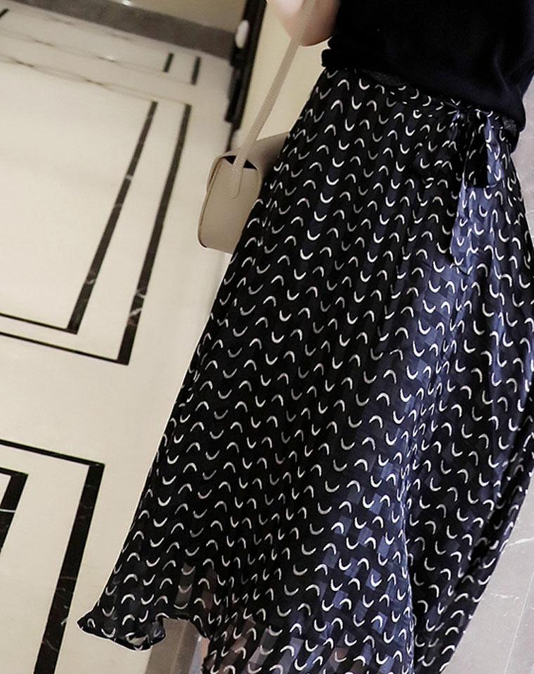 随风摇曳!不惜成本大幅用料!仅175元 超洋气百搭  黑底弯月印花洒摆过膝半身裙