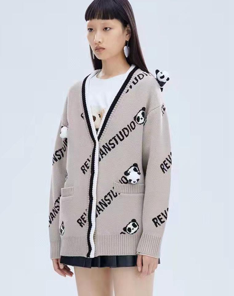 好爱的熊猫玩偶   仅168元  REVAN芮范 2021冬季最新  趣味满印字母立体小熊 针织毛衣开衫