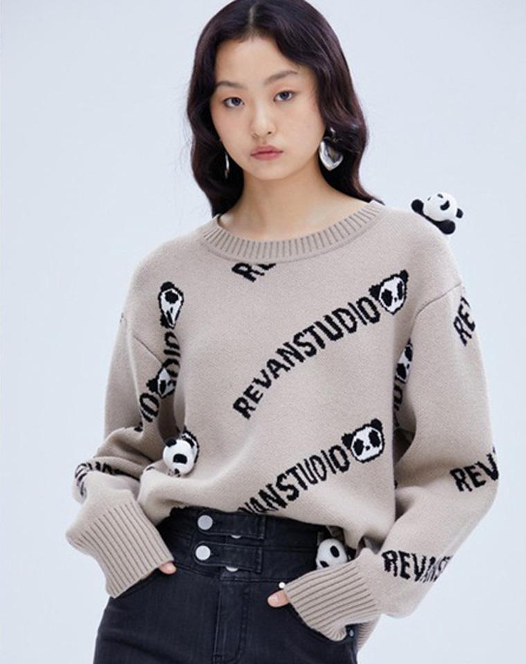 好爱的熊猫玩偶   仅158元  REVAN芮范 2021冬季最新  趣味满印字母立体小熊圆领针织毛衣